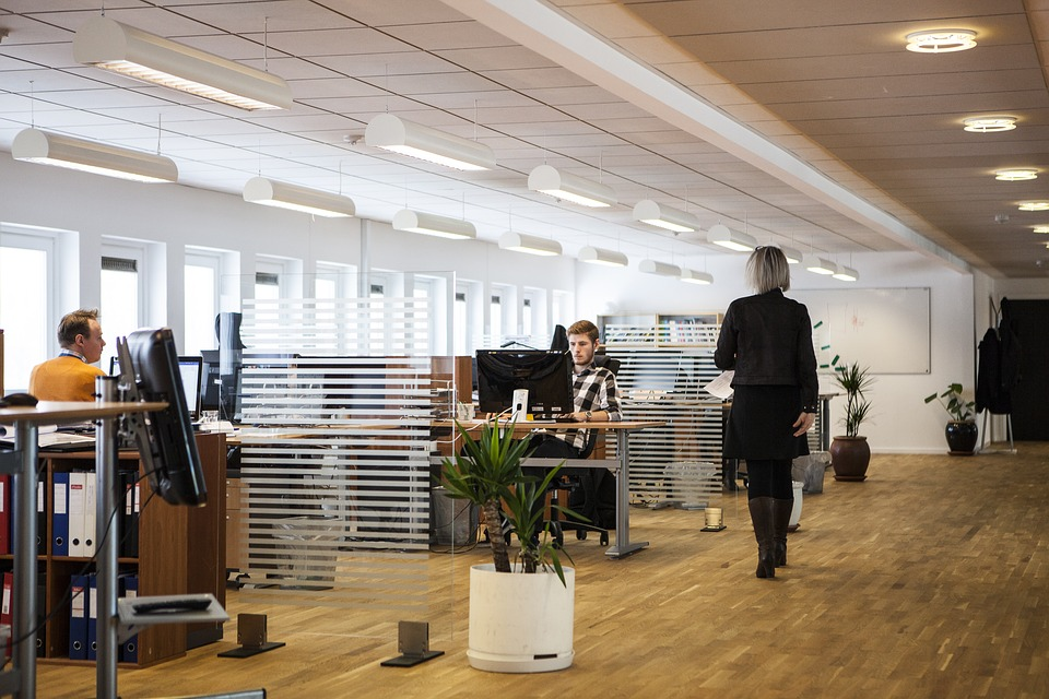 Oświetlenie biurowe - lampy LED i normy